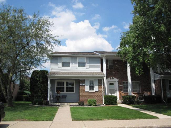 Novi Real Estate. Olde Orchard Condominiums in Novi MI 48375