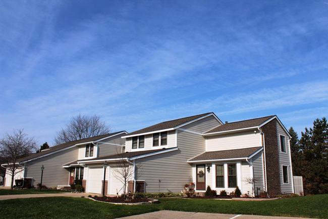 Novi real estate in Lakewoode Parkhomes condo complex 8