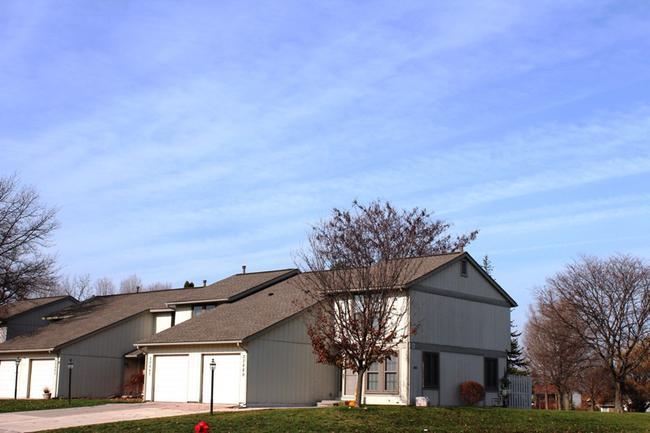 Novi real estate in Lakewoode Parkhomes condo complex 9