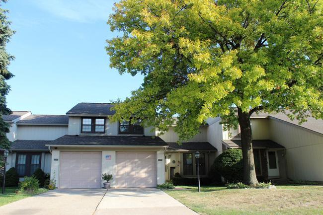 Novi real estate in Lakewoode Parkhomes condo complex 21